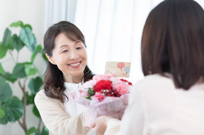 【母の日に贈る花の種類一覧】定番人気は?花言葉は?