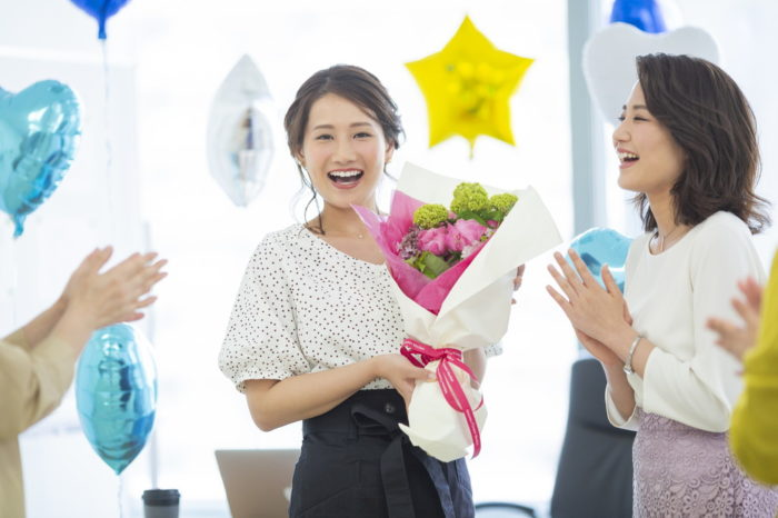 送別会や退職祝いに贈る花の選び方!相場はどれくらい?