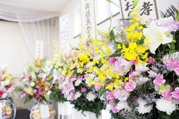 葬儀で贈るスタンド花の選び方やマナー、相場を解説!
