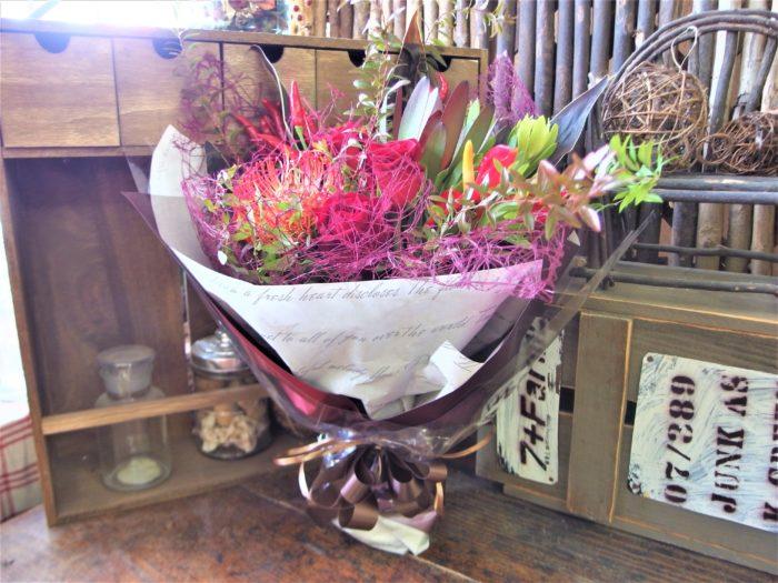 モダンラッピングの赤系花束