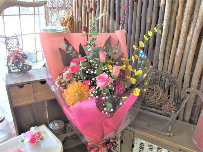 大人なピンクに黄色を添えた花束
