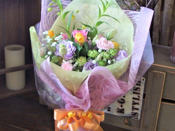 優しい色合いの花束で